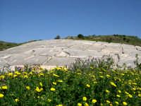 Nella notte tra il 14 e il 15 gennaio 1968 un violento terremoto distrusse sino alle fondamenta la città di Gibellina. A perenne ricordo di quella tragedia le rovine dell'antica città di Gibellina sono state trasfigurate in opera d'arte, ricoprendo le rovine con una colata di cemento bianco.  - Gibellina (3912 clic)