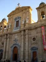La Cattedrale - Edificata in periodo normanno, ma rifatta nel '700, ha un'imponente facciata in tufo arricchita da statue. All'interno sono conservate numerose opere dei Gagini tra cui spicca no una bella icona di Antonello Gagini e Berrettaro (abside sinistra) e, nel transetto destro, una delicata Madonna del Popolo, di Domenico Gagini (1490). Sopra quest'ultima, una bella tela rinascimentale di Antonello Riggio raffigura la Candelora (purificazione di Maria al Tempio).  - Marsala (1620 clic)