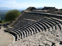 Il teatro. Edificato nel III sec. a.C. in periodo ellenistico, ma sotto la dominazione romana, è costituito da un perfetto e vasto emiciclo di 63 m di diametro sistemato su un pendio roccioso.  - Segesta (2208 clic)