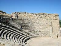 Il teatro. Edificato nel III sec. a.C. in periodo ellenistico, ma sotto la dominazione romana, è costituito da un perfetto e vasto emiciclo di 63 m di diametro sistemato su un pendio roccioso.  - Segesta (2242 clic)