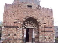 Chiesa Basiliana dei Santi Pietro e Paolo. Monumento medievale unico al mondo per bellezza e integrità, precorre lo stile gotico.  - Casalvecchio siculo (5575 clic)