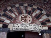Iscrizione in greco bizantino sul portale della chiesa di San Pietro e Paolo.  - Casalvecchio siculo (6254 clic)