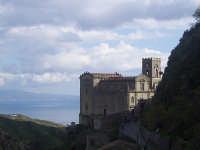La chiesa di Santa Lucia arroccata su un costone. Sullo sfondo la costa calabra.  - Savoca (4794 clic)