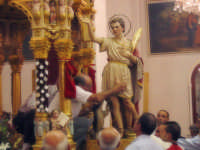 Festa di San Vito, il santo viene posto all'interno del fercolo  - Macchia di giarre (6128 clic)
