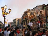 Festa di San Vito, inizio della processione, il santo viene posto all'interno del fercolo  - Mascalucia (6586 clic)