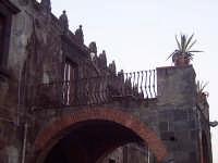 Particolare della merlatura del Palazzo Vigo  - Torre archirafi (4196 clic)