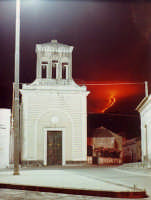 Chiesa del Calvario durante l'eruzione dell'Etna del 1971  - Macchia di giarre (5979 clic)