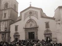 gente radunata ai piedi della chiesa di San Sebastiano per la festa del 20 gennaio  - Mistretta (6004 clic)
