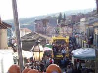 Il fercolo coi santi fratelli per le strade del paese durante la festa  - Sant'alfio (4030 clic)