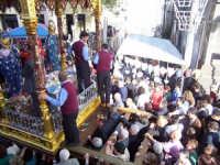 La folla intorno al fercolo coi santi  - Sant'alfio (4818 clic)