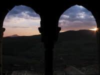 Tramonto da una bifora del castello  - Sperlinga (2440 clic)