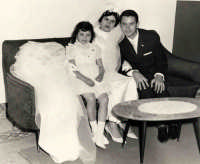 Vecchie foto:matrimonio Mario Spinella e Salvina Calabro'. Da sin.:Adelina la sorella della Sposa,Salvina e Mario.0033.  - Sorrentini di patti (4404 clic)