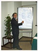 P9080098-Il mitico prof.Ninai Famà mentre spiega la strategia da lui ideata per fregare silvio Berlusconi senza l'ausilio della Magistratura.   - Messina (4861 clic)