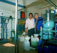 OLEIFICIO PALMERI:Giovanni Segreto e Pippo Palmeri al Separatore centrifugo.  - Montagnareale (4526 clic)