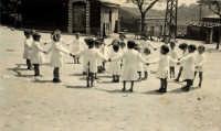 Vecchie foto:I bambini della scuola materna in P.zza S.Caterina;sulla destra mio cugino Mario Spinella. La maestra era la Sign.ina Antonina Cristani.  - Montagnareale (7304 clic)