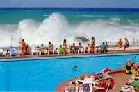 Villaggio Turistico di Capo Calavà:la gente osserva con un pò di apprensione le splendide onde di una mareggiata.  - Gioiosa marea (33165 clic)