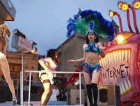 CARNEVALE A MONTAGNAREALE. Michelino Giaimo balla con la bellissima ballerina Brasiliana.   - Montagnareale (3185 clic)