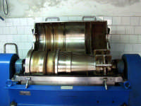 OLEIFICIO PALMERI: il decanter(NX)Alfa-Laval aperto. Questa è la macchina più importante di tutto il frantoio;mediante la forza centrifuca separa tre fasi:l'olio,l'acqua vegetale e la sansa.  - Montagnareale (7612 clic)