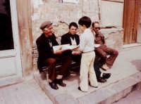 Carmelo Blandano distribuisce il giornalino Paese Nuovo.   - Montagnareale (3613 clic)