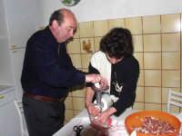 Nuccio Di Dio e la Moglie intenti a fare una gustosissima salsiccia di maiale di Montagnareale.  - Montagnareale (3625 clic)