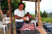 Umberto mentre prepara I costi d'agneddu rustuti. DSC_0136.  - Montagnareale (2784 clic)