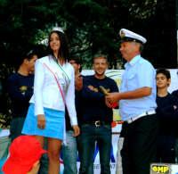 2°AUTOSLALOMN CITTA' DI MONTAGNAREALE. Anna Munafò premia Carmelo Spanò,rappresentante del corpo dei Vigili Urbani.  - Montagnareale (3737 clic)