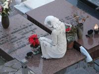Cimitero. i nostri cimiteri riflettono esattamente i gusti architettonici della nostra società.............! Le tombe più vecchie sono, a mio parere,più valide dal punto di vista architettonico.  - Librizzi (4833 clic)