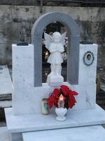 Cimitero. i nostri cimiteri riflettono esattamente i gusti architettonici della nostra società.............! Le tombe più vecchie sono, a mio parere,più valide dal punto di vista architettonico.  - Librizzi (5420 clic)