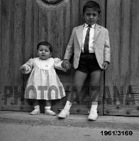 Archivio Vazzana-1961/3160-bambini di Montagnareale-Il Dott.Pippo Spatola e ... (5108 clic)