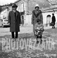 Archivio Vazzana-1963/3730-people-gente di Montagnreale-il farmacista del paese con la famiglia   - Montagnareale (4568 clic)