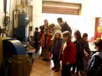 OLEIFICIO PALMERI: I bambini della scuola elementare visitano il frantoio.  - Montagnareale (3615 clic)