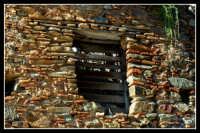 Da notare con quanta maestria i vecchi artigiani tiravano sù un muro con materiali poveri ed eterogenei. DSC_0128b  - Montagnareale (2633 clic)