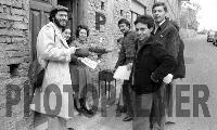 distribuzione del giornalino Paese nuovo. da sinistra:i Prof nino Casamento,Rosalba,Marianna,Antonello,Antonio,Nino  - Montagnareale (4700 clic)