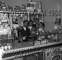 Archivio Vazzanana-1964/5919 Alimentari Arturo Patti. Dietro dovrebbe essere il famoso cantante e batterista dell'epoca Melo del Bene!  - Patti (6967 clic)
