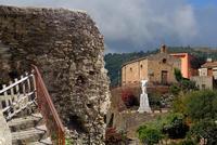 DSC_5011x1-In primo piano il rudere del vecchio carcere,sullo sfondo la chiesetta di San Sebastiano.   - Montagnareale (3624 clic)