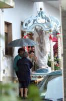 S.Sebastiano sotto la pioggia;processione.  - Montagnareale (1964 clic)