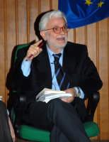 L'On.Sen.Domenico Nania in un momento dell'acceso dibattito su:DEVOLUZIONE O GRANDE RIFORMA?.  - Patti (3433 clic)