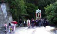 S.Sebastiano sotto la pioggia;processione.  - Montagnareale (1958 clic)