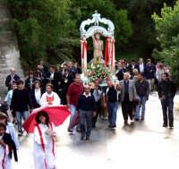 S.Sebastiano sotto la pioggia;processione.  - Montagnareale (1982 clic)