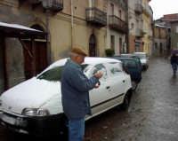 Neve a Montagnareale-07/02/2006. L'Avv.Santo Saccone mentre prepara una palla di neve.  - Montagnareale (3057 clic)