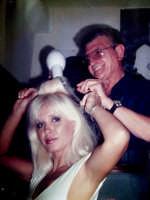 Vecchie foto:Don Tino Spatola pettina la moglie di Fabbrizio De Andrè Dori Ghezzi.  - Montagnareale (5890 clic)