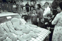 Sagra della Castagna 1971. Nella foto al centro dietro al bambino,il carissimo amico di tante scorribandegiovanili Tindaro Scalia,prematuramente scomparso.  - Montagnareale (3284 clic)