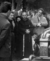 Vecchie foto:Padre Raffaele al funerale di mio Nonno Peppino Palmeri. Quel bambino che si intravede....sono io.  - Montagnareale (3369 clic)