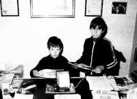 Distribuzione del giornalino paese Nuovo. Giovanissimi collaboratori;Rosario Sidoti e Mimmo Calabrese.  - Montagnareale (3466 clic)