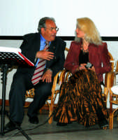 Il Sindaco Antonino Sidoti e Isabel Russinova. DSC_0086  - Montagnareale (7517 clic)