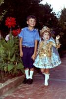 Ignazio e Lia Cottone vestita da verginella in occasione della festa in onore di M.S.D.Grazie.  - Montagnareale (3410 clic)