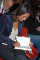 La giornalista Rula jebreal autografa il suo ultimo libro LA SPOSA DI ASSUAN Presentato al centro sociale di S.Sebastiano. DSC_2322  - Montagnareale (3250 clic)