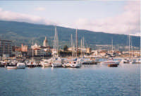 Panorama di Riposto con barche ormeggiate all'interno del porto.(2003)  - Riposto (3301 clic)