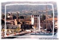 Barche ormeggiate nella banchina del porto turistico, sullo sfondo l'istituto nautico Luigi Rizzo e gli uffici della dogana.(2004)   - Riposto (2458 clic)