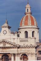 Cupola della Basilica dedicata a S. Pietro padrono della città di Riposto. I lavori di costruzione iniziarono nel 1808, fu aperta al culto il 26 giugno 1818. (2003)  - Riposto (2997 clic)